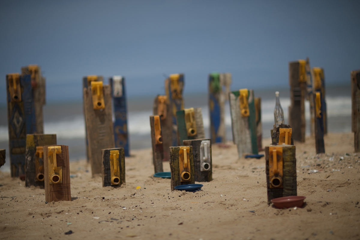 © Serge Attukwei Clottey, The Displaced (Performance & installation), Labadi Beach, Accra, Ghana 2015. Courtesy of the artist and ANO. Photo | Francis Kokoroko.